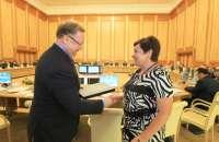 <b>Предс. Счетной палаты РФ С.В. Степашин вручает сертификат соответствия АКСОР зам. Предс. Счетной палаты Ульяновской области Горячкиной Н.В.&nbsp;</b><br>