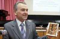 Ответственный секретарь АКСОР Н.С. Столяров со специальной наградой Счётной палаты Ульяновской области - симбирцитовыми счетами<br>